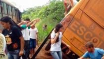 Ônibus escolar tomba em estrada vicinal de MT e alunos são resgatados pela janela