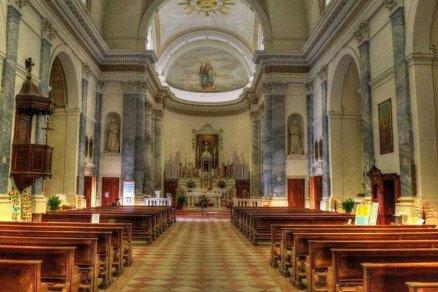 Mulher arranca os próprios olhos em frente a uma igreja nos EUA