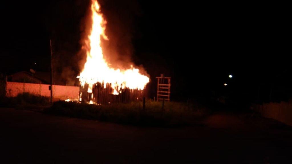 Jovem tenta suicídio ateando fogo em sua residência e é socorrido por populares e preso pela PM de Colniza