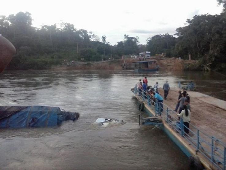 Caminhão cai dentro do Rio Canamã em Colniza/MT