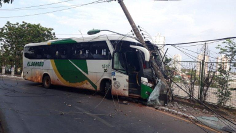 Ônibus intermunicipal colide contra poste