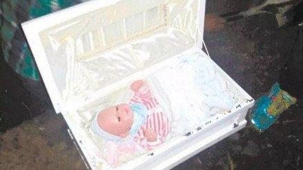 Pai exuma 'cadáver de bebê' e descobre boneca dentro de caixão
