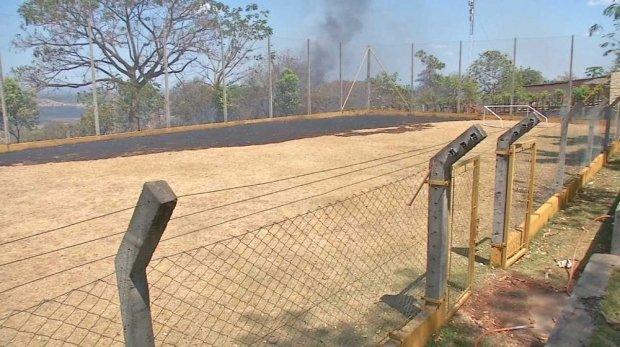 Incêndio atinge patio de creche e mais de 100 crianças são retiradas das salas de aula
