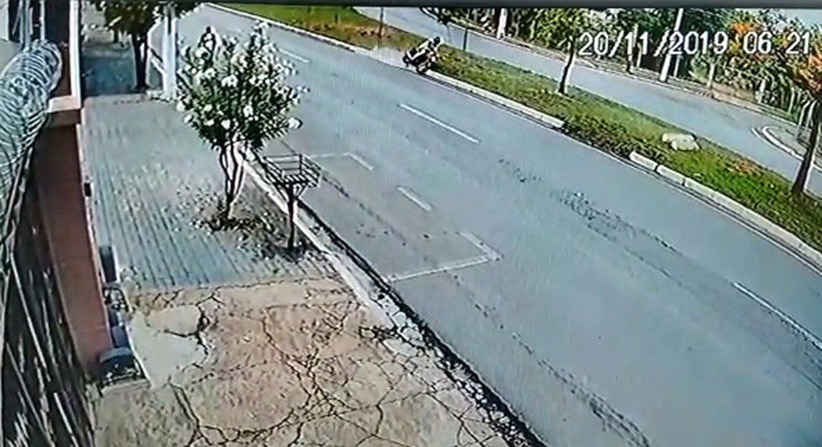 Motociclista perde o controle da moto, bate a cabeça em árvore e morre em Cuiabá