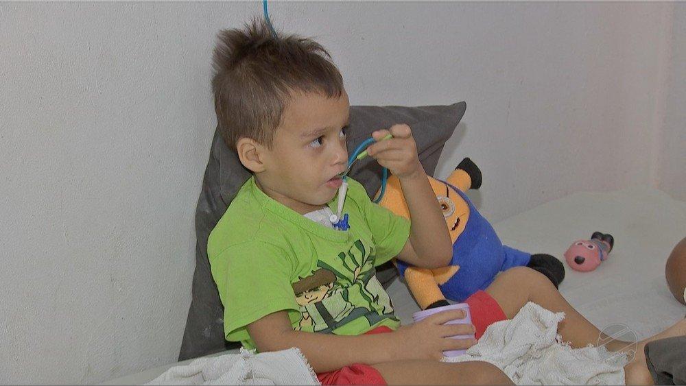 Menino de 3 anos tem esôfago corroído em Colniza após ingerir soda cáustica que estava em quintal de vizinho