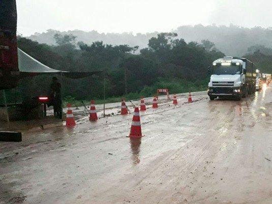 DNIT e Exército interditam trecho da BR-163 para caminhões carregados, por conta da chuva