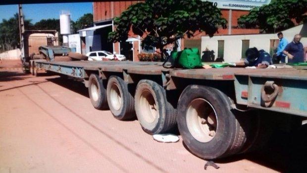 Mulher tem cabeça esmagada por roda de caminhão