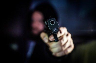 Grávida usa fuzil para matar bandido