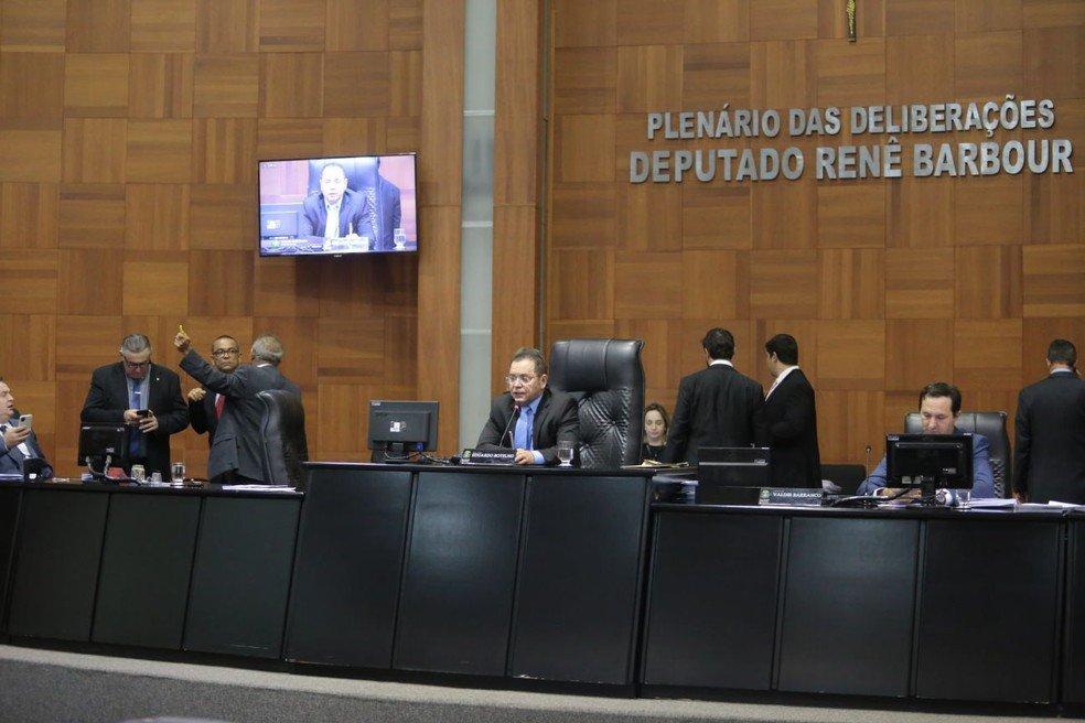 Deputados derrubam veto de governador e professores devem receber auxílio emergencial em MT