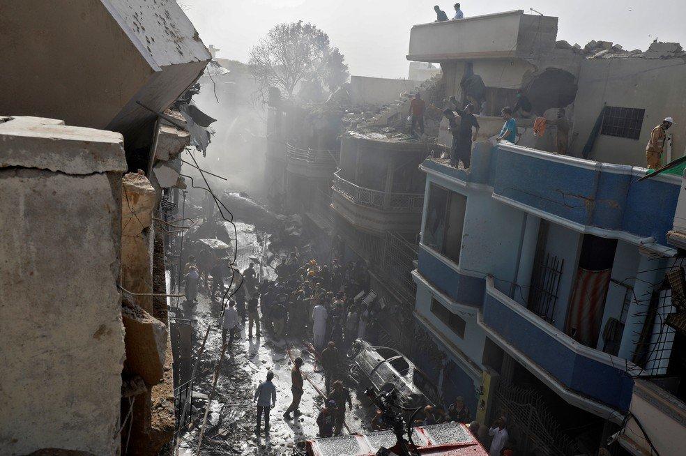 Avião cai em área residencial do Paquistão com mais de 100 pessoas a bordo