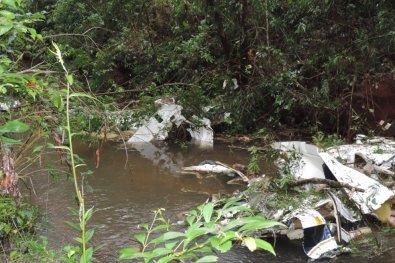 Avião cai dentro de rio e família morre