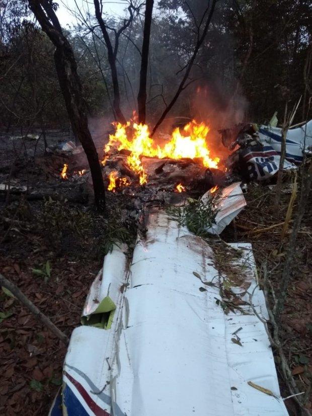 Avião de pequeno porte cai na região de aeroporto de Campo Grande e duas pessoas morrem
