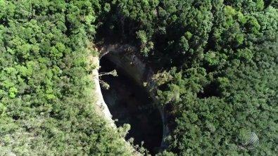 Cratera de 50 metros de profundidade gera pânico