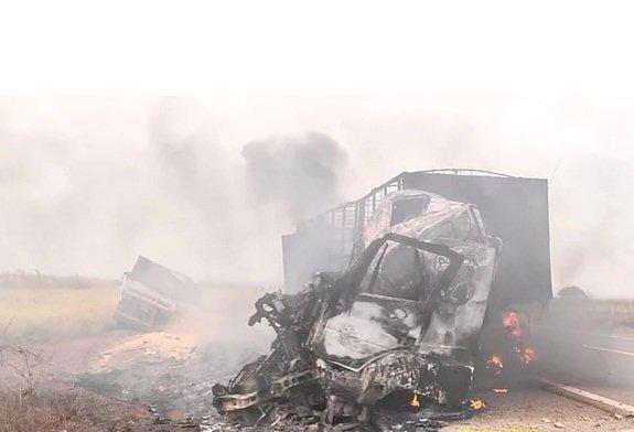 Homem morre carbonizado em acidente entre duas carretas