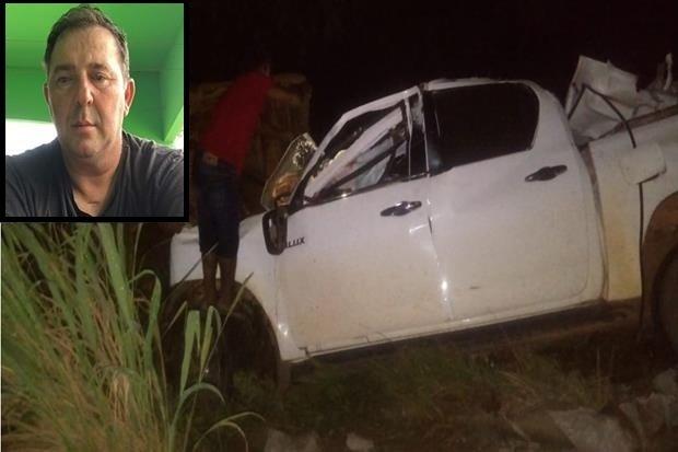 Homem morre após colidir caminhonete na traseira de caminhão carregado com toras