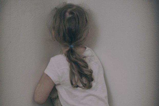 Pais deixam criança de cinco anos trancada em quarto para irem a show