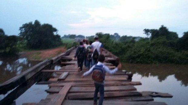 Estudantes se arriscam sobre ponte semi destruída em MT