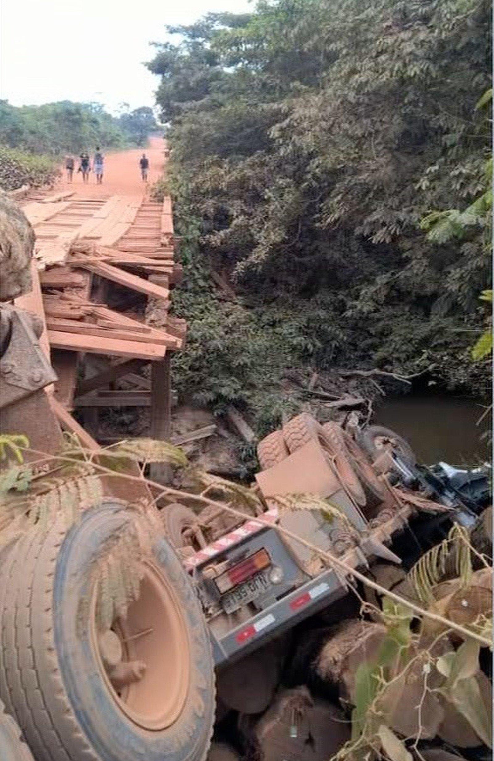 Trechos de rodovia são interditados após chuva e queda de ponte em MT