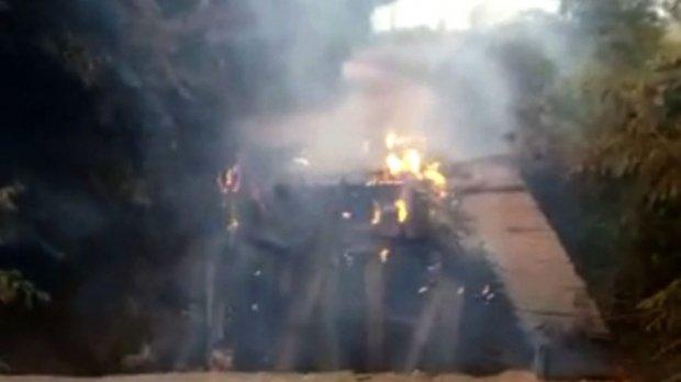 Ponte fica destruída após ser atingida pelo fogo