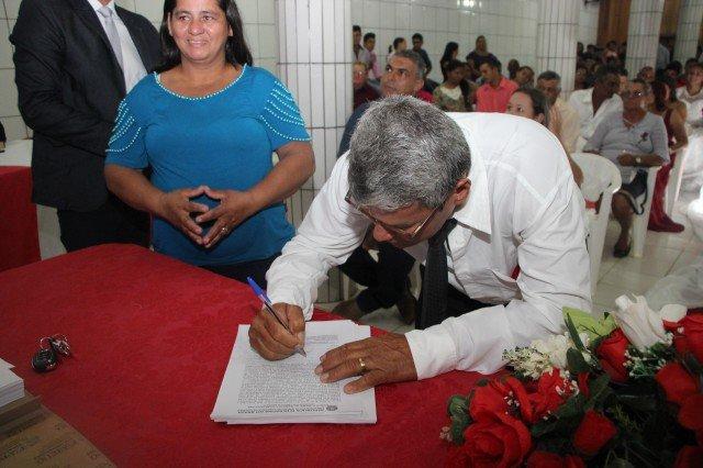 Associação de Colniza realiza sonho de casais ao promover casamento comunitário
