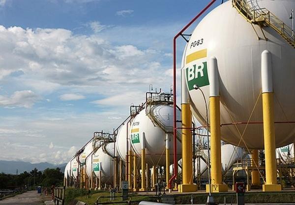 Resultado de imagem para Petrobras anuncia redução de 6,2% no preço da gasolina