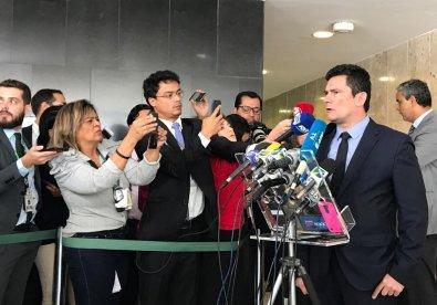 Jair Bolsonaro assina pacote anticrime