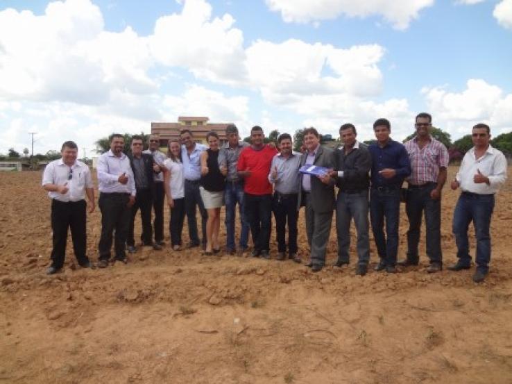 Deputado Sebastião Resende faz a entrega da Planta da construção da Câmara