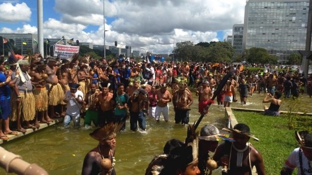 Indígenas fecham parte da Esplanada dos Ministérios em protesto do Acampamento Terra Livre