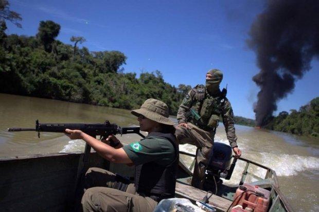 Ibama continua operação no sudoeste do Pará e queima balsa de garimpo ilegal