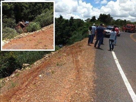 Caminhão se desprende de reboque, despenca ribanceira e motorista morre