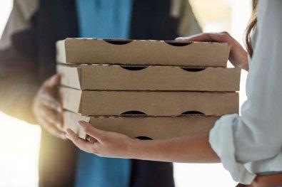 Mulher descobre traição após aviso de entregador de comida