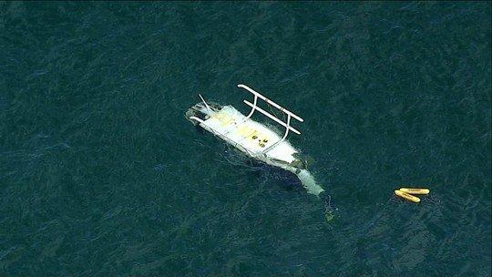 Helicóptero cai na praia da Barra da Tijuca e deixa um morto e 3 feridos
