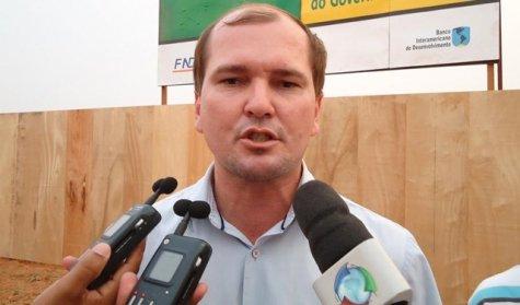 Justiça manda bloquear quase R$ 1 milhão em bens de ex-prefeito por contratar empresa de funcionário público