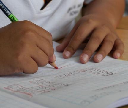 Alunos de escolas públicas têm 5x mais chances de atraso escolar
