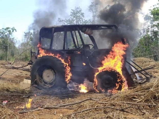 Fiscalização ambiental destrói trator utilizado em crime ambiental dentro de Gleba em Colniza