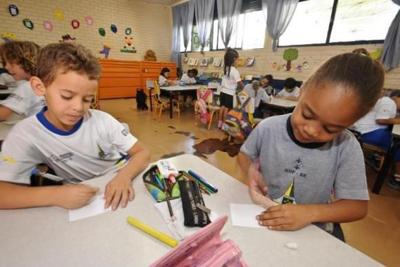 Brasil deve reduzir desigualdades na educação para cumprir metas, diz estudo