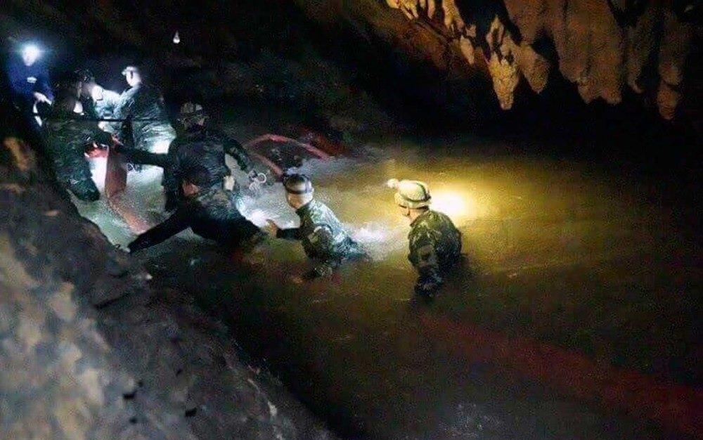 Primeiros meninos são retirados de caverna na Tailândia; operação de resgate fará pausa de 10 horas