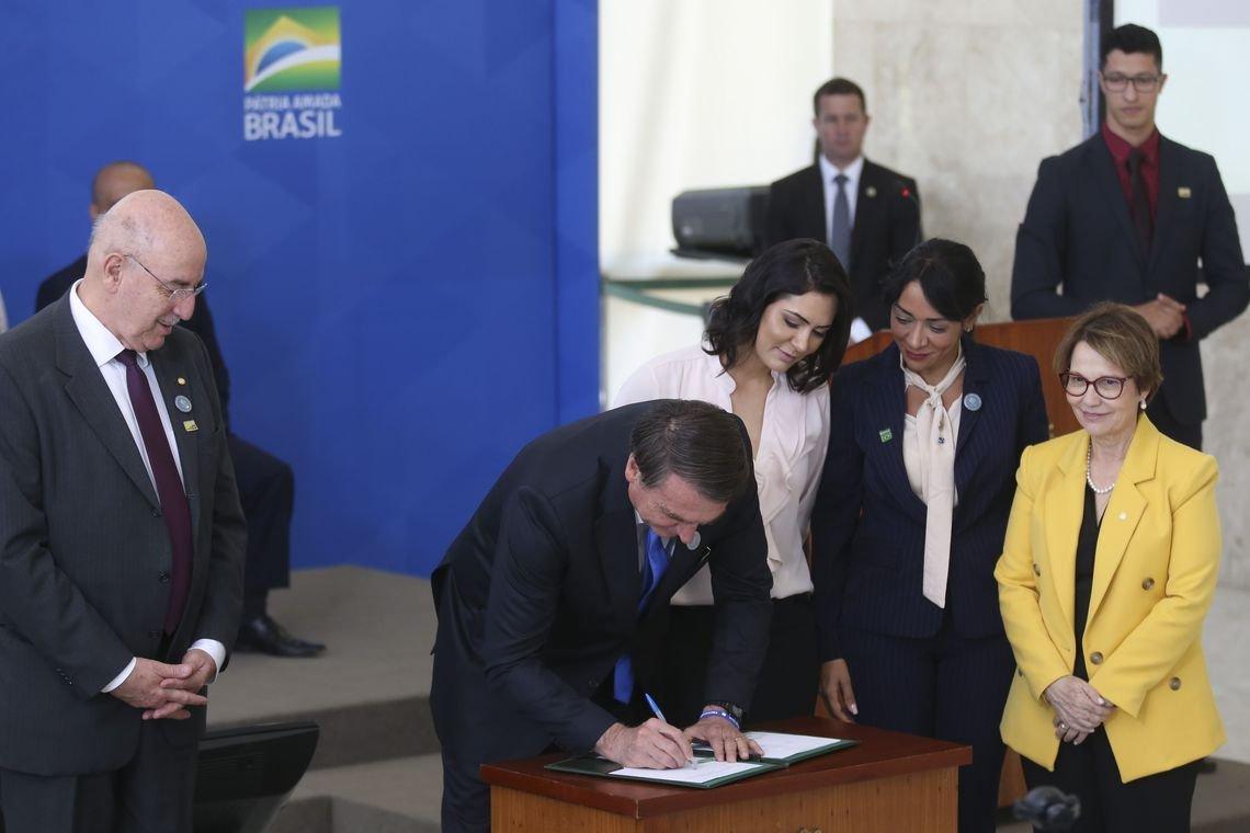 Bolsonaro assina decreto que incentiva servidor ao trabalho voluntário