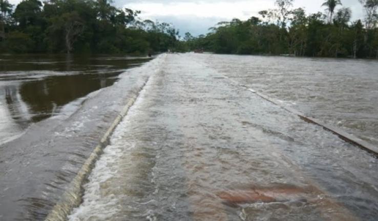 Colniza-MT Populares cobram entre R$ 5 e R$ 15 para travessia de barco em município ilhado
