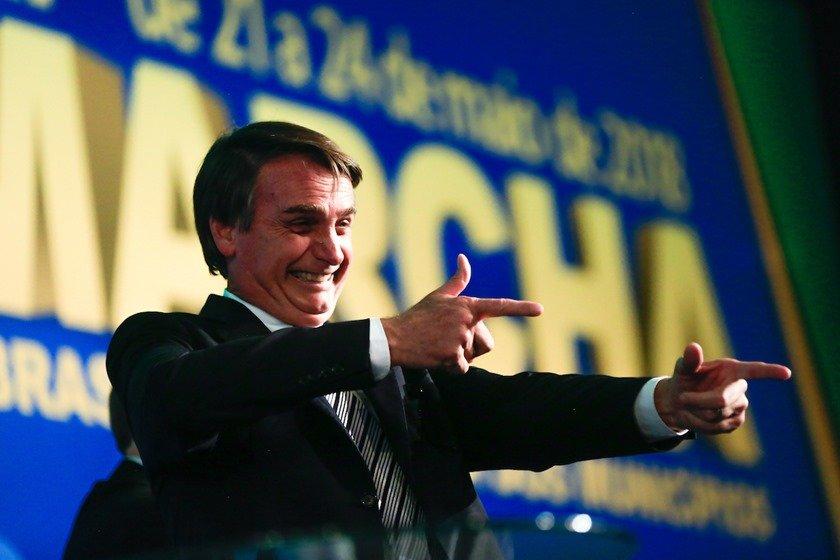 Bolsonaro amplia porte de arma para políticos, caminhoneiros e outros