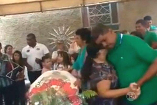Viúva dança forró no velório do marido e vídeo viraliza