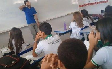 Alunos presenteiam professor que está sem salário