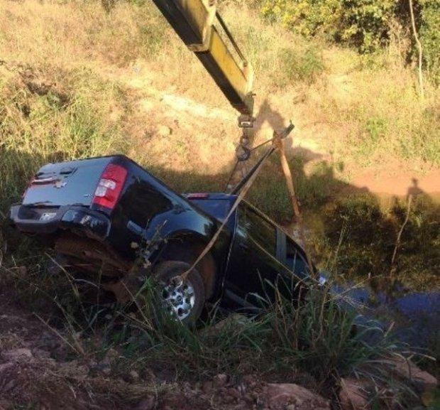 Caminhonete cai em lago após motorista perder controle da direção