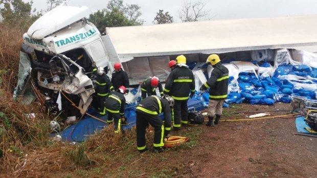 Caminhoneiro morre em choque de 4 carretas em MT