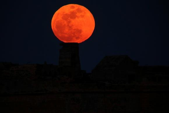 Brasil poderá observar esta noite dois fenômenos lunares