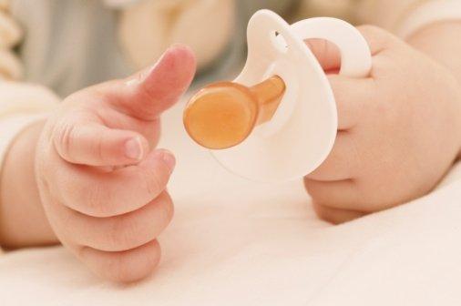 Policiais salvam vida de bebê que se engasgou com leite materno
