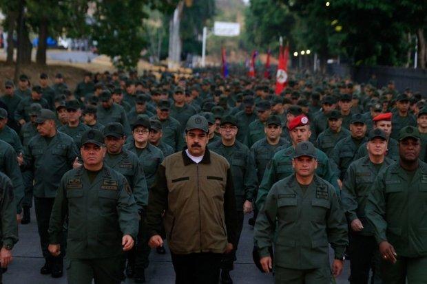 Para mostrar apoio de Forças Armadas, Maduro marcha com militares