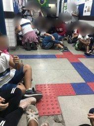 Crianças se escondem em corredor de escola