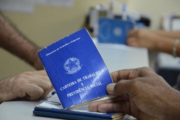 Brasil fecha 20,8 mil vagas de trabalho formal em 2017
