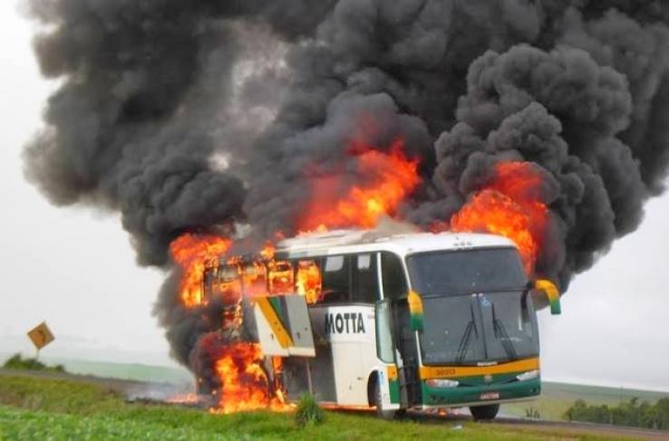 Ônibus da empresa Motta com destino São Paulo/ Cuiabá pega fogo na BR 364